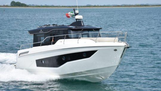 Cranchi T36 Crossover, neredeyse 40 knot hızındaki bir trol(balıkçı) teknesinin izinde